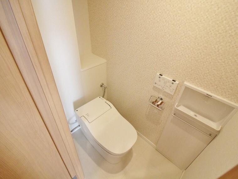 トイレ ホワイト色の清潔感のあるトイレは、タンクレスタイプのすっきりしたタイプ!手洗い機器と一体になったタオル掛けもあり、使い勝手も良いです!
