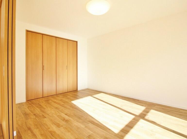 各居室にはクローゼットを完備し、家具の配置にも困らない設計がされており、採光と室内のバランスが絶妙です。