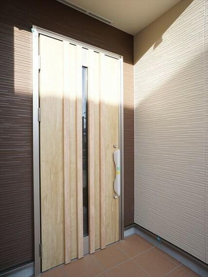 外観・現況  デザイン性に優れた重厚感のある玄関扉です