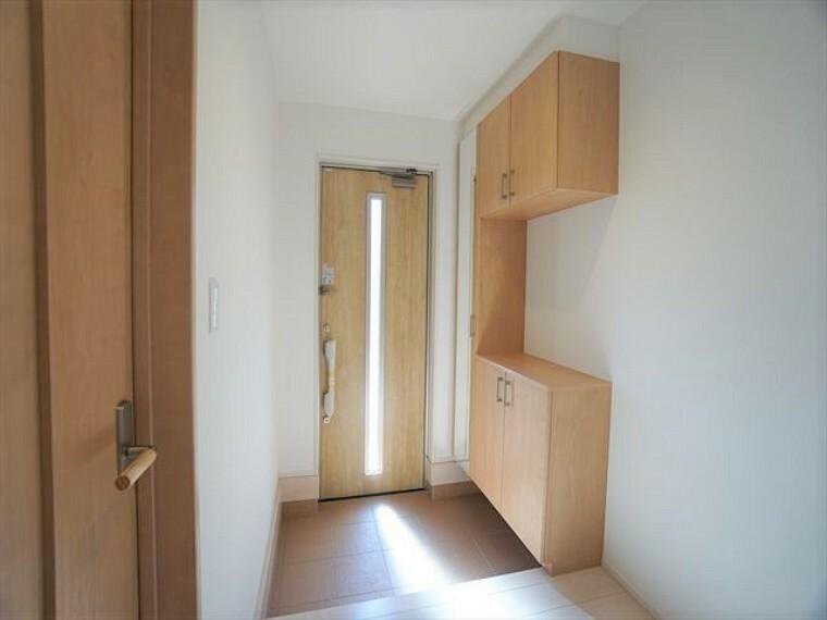 玄関  明るくて広々とした玄関がご家族を迎えてくれます