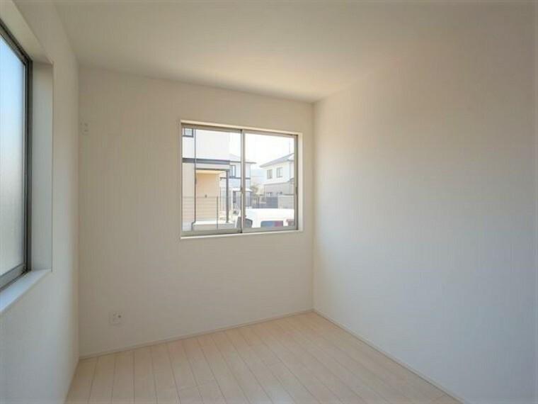 洋室  大きな窓があり、明るい洋室です 令和3年1月28撮影