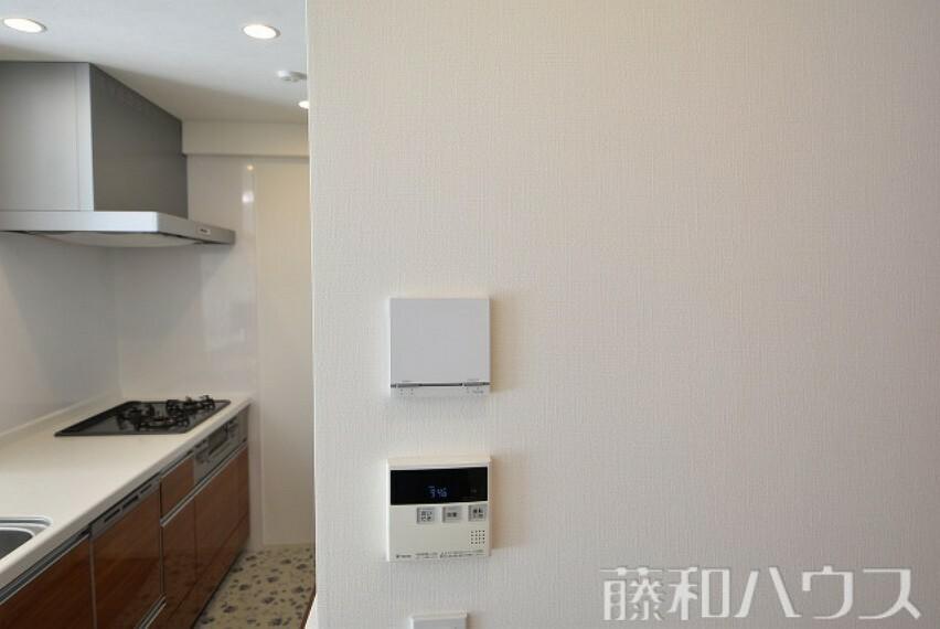 居間・リビング リビング床暖房と給湯器のパネル 【ザ・パークハウス相生山】