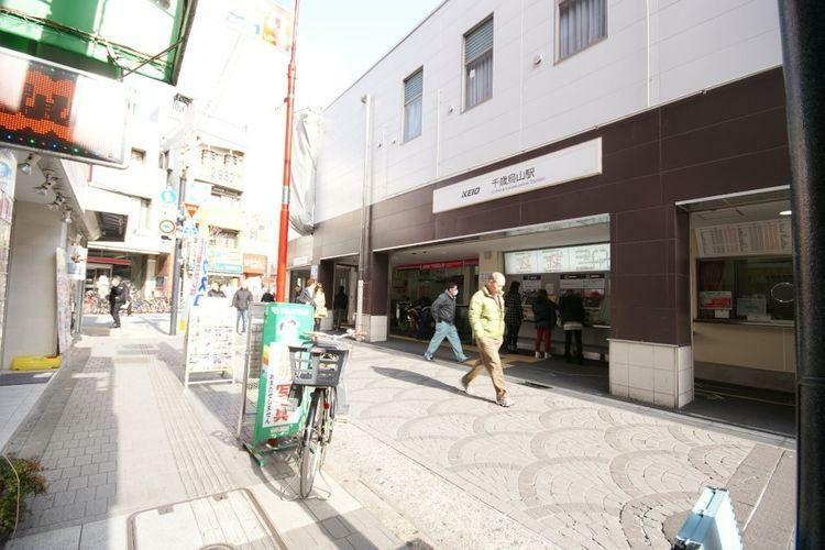 千歳烏山駅(京王線) 徒歩18分。 昔の地名の千歳村と烏山村が駅名の由来。駅前に広がる「えるもーる烏山」は日本で初めてスタンプカードを導入した商店街です。お店のジャンルも充実し、単身者からファミリー