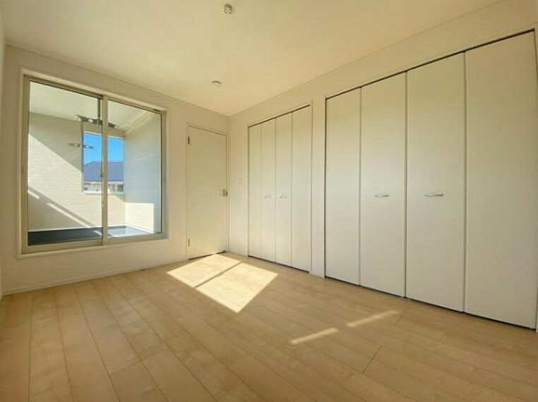 寝室 こちらのお部屋はバルニコーに面しており、日当たり、通風ともに良好です!
