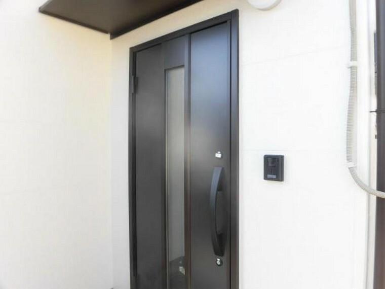 リフォーム済み。玄関扉を交換しました。現在工事用キーを使用しており、お引渡し時に本キーをお渡しいたします。