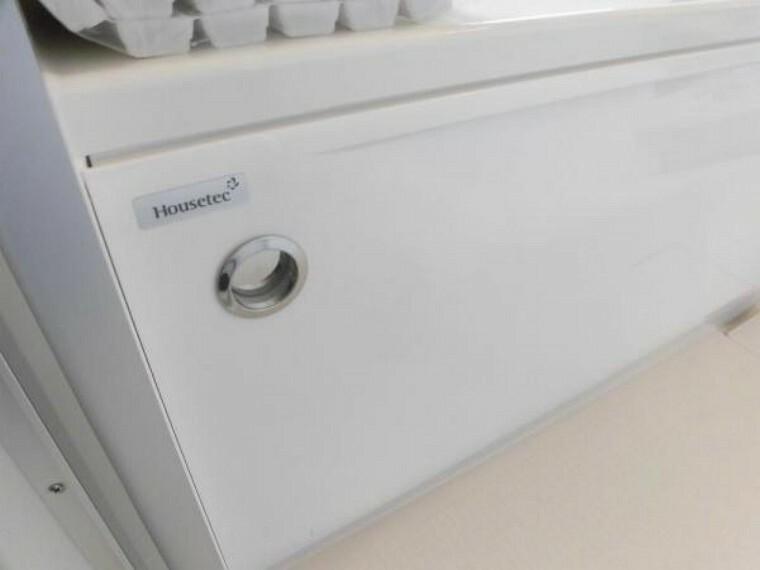 浴室 ユニットバスの排水はプッシュボタン式になっています。エプロン面に付いているので風呂フタを開けずに排水することも出来ます。