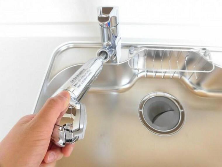 キッチン 新品キッチンの水栓金具は「かゆい所に手が届く」シャワータイプです。浄水機能付きなので毎日使うお水を安心してお使いいただけます。一体型の浄水器なので汚れにくくお手入れ簡単です。