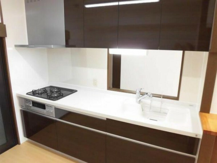 キッチン 【リフォーム後】キッチンはハウステック製の幅2m40cmの新しいものに交換しました。3口コンロがついており、一度に調理できるので、忙しい朝でも時間短縮できます