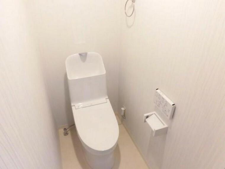 トイレ 【リフォーム後】トイレはTOTO製の温水洗浄機能の付いた新しいものに交換しました。便座の温度調節ができるので1年を通して快適にご使用いただけます。