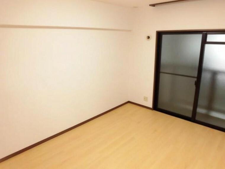 【リフォーム後】6.3帖洋室。各洋室の床は、既存のものに重ね張りを行いました。