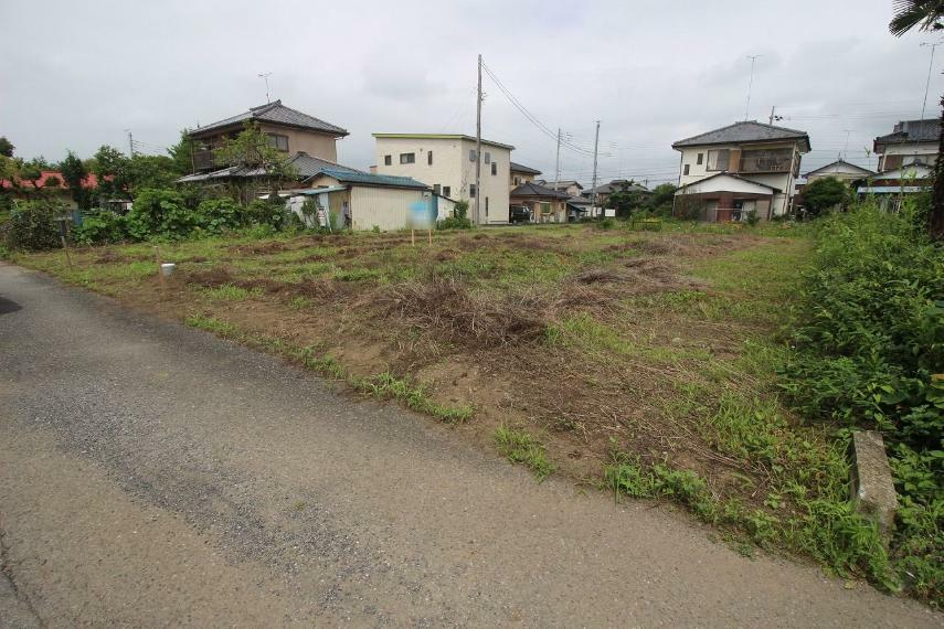 現況写真 敷地の南側にある道路から北西側に向かって引きで撮影