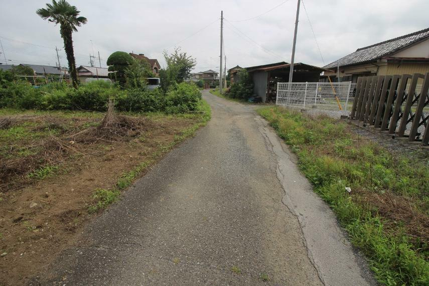 現況写真 敷地の北側にある道路を東側から西に向かって撮影
