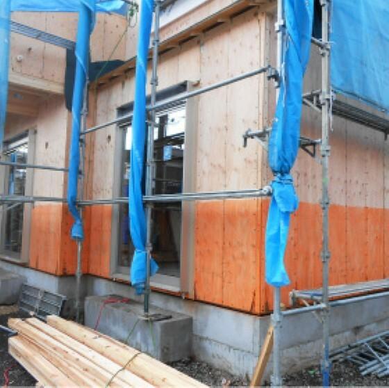 構造・工法・仕様 合板とは、丸太をカツラ剥きにした薄い板を貼り合わせた面材。 構造用合板はさらに強度を高めた合板で、他の製材やボードと比べて割れにくく、 強度があり、耐水性が高いなどの長所があります。