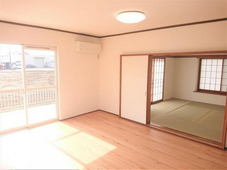 リビングダイニング 【リフォーム済】リビング別角度からの写真です。2階居室はお庭側に面しており、うれしい2面採光です。風通し良く感じられますね。
