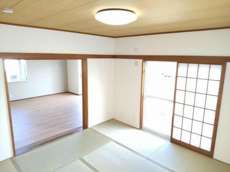 和室 【リフォーム済】1階和室です。2面に窓があり、リビングとひとつなぎの空間としてもご利用いただけます。お子様を遊ばせたり、来客時にお使いいただいたりと何かと便利ですね。