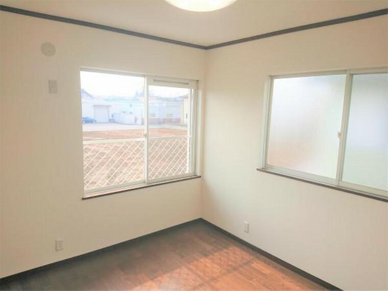 洋室 【リフォーム済】2階南西側洋室の写真です4.5帖とコンパクトなお部屋ですが、1帖分のクローゼットがあり2面に窓があるので様々にお過ごしいただけそうです。