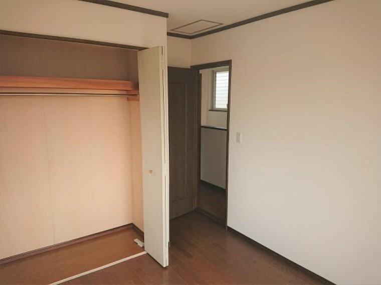 和室 【リフォーム済】2階南西洋室の別角度からの写真です。クローゼットがあるので服の収納にも使えて便利ですね。
