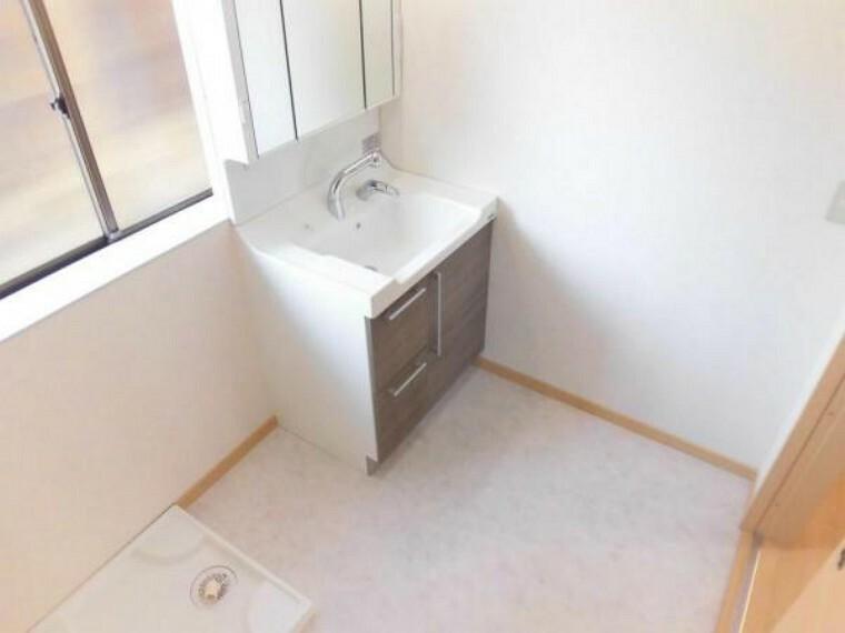 洗面化粧台 [リフォーム後]一部間取り変更を行い、洗面脱衣室をつくりました。床はクッションフロア、天井・壁はクロスで仕上げています。