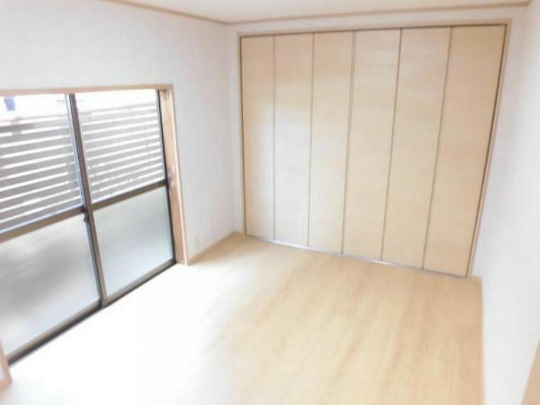 [リフォーム後]1階6帖洋室。和室から洋室へ間取り変更を行いました。床はフローリング、天井・壁のクロスの張替えを行っています。