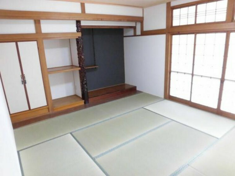 [リフォーム後]1階8畳和室。畳の表替え、天井・壁のクロス張替えを行っています。