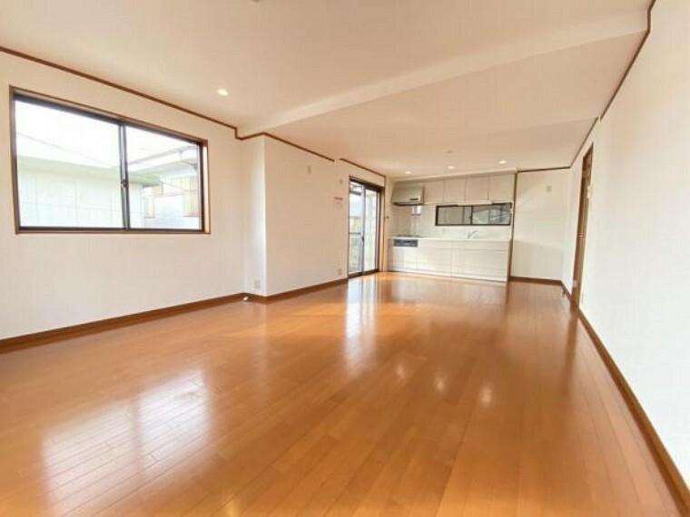 居間・リビング 「LDK」木の温かみを感じるような色の床になっております。