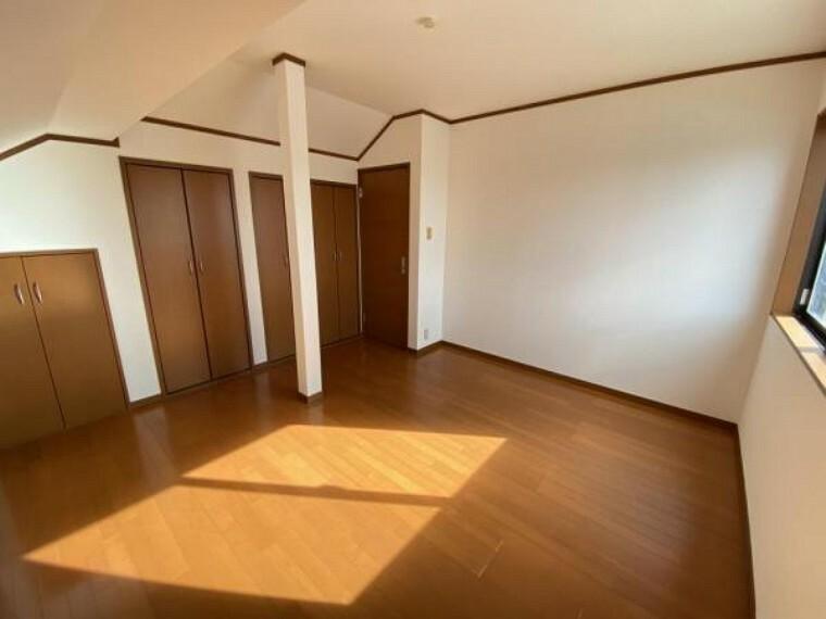 「3階洋室」大きさの異なる収納が3つございます。