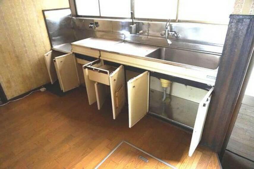 キッチン 収納も多く、調理器具やお鍋などもたくさん入りますね。