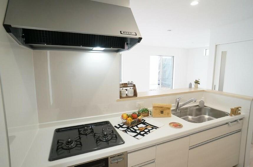 キッチン リビングを見渡せる人気のカウンターキッチン。 家族を見守りながら家事をすることができます。