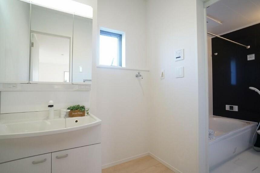 ランドリースペース 窓がついて湿気がこもりやすい洗面所も換気が十分行えます。