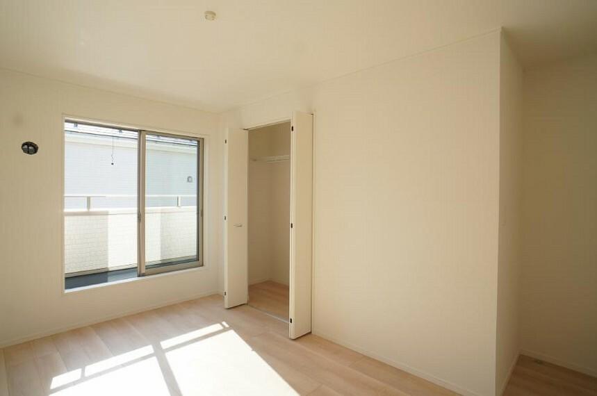 洋室 2階の居室は日当たり良好で、のんびりお昼寝したくなる温かさ。