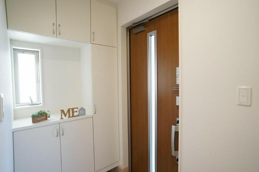 玄関 小窓から光が差し込む玄関は、お客さんを明るくお迎えできる気持ちがいい空間です。