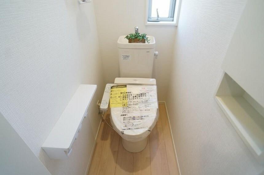トイレ 明るく清潔感のあるトイレです。 壁面を利用した収納で、お掃除道具もスッキリ片付きます。