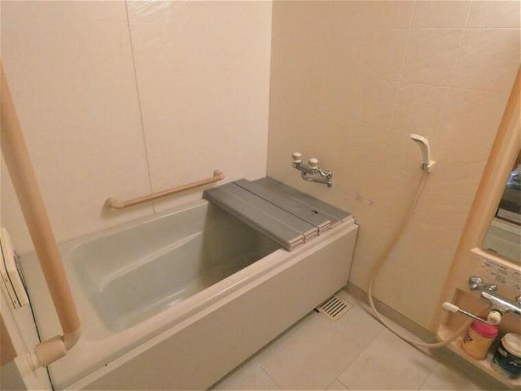 浴室 手摺り付きの広々した浴室です。タイマー付き換気扇有り