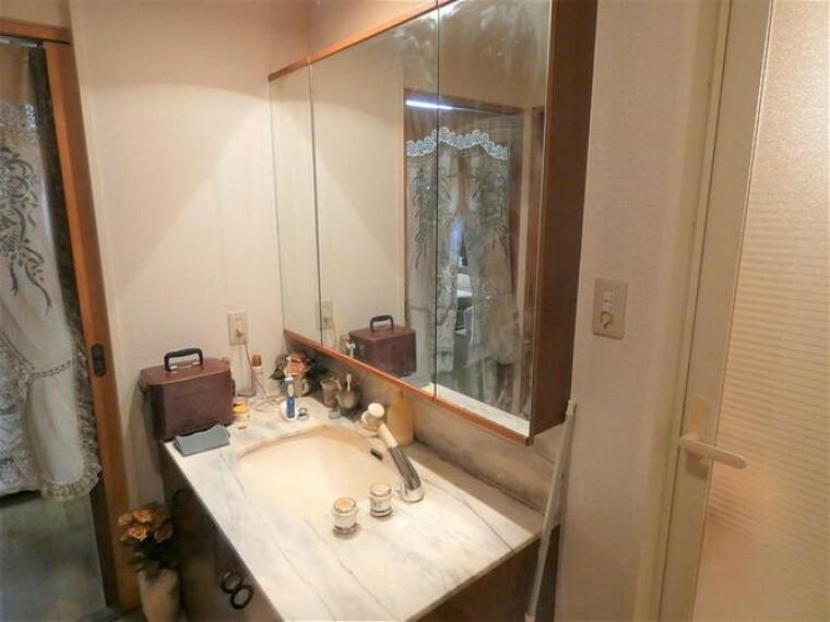 洗面化粧台 洗面所は、2WAYタイプ。キッチン及び廊下から出入りできます