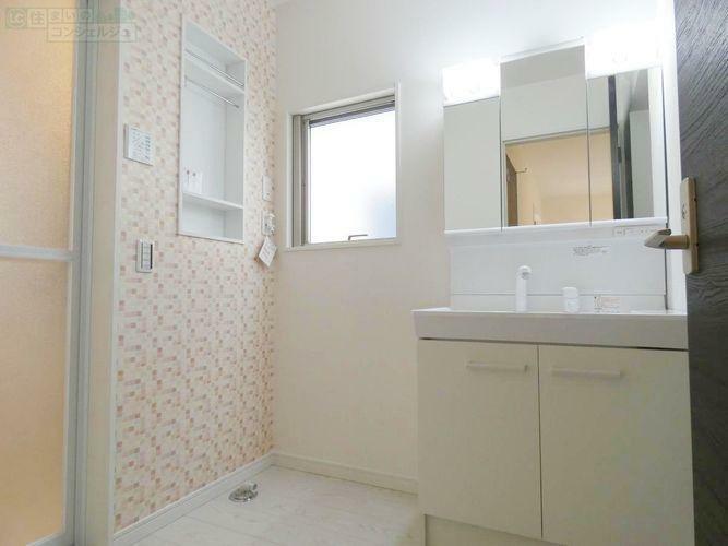 洗面化粧台 《洗面スペース》 ハンドシャワー付きの三面鏡洗面台。 朝の支度がスムーズになるだけでなく、洗面ボウルのお掃除も楽々です