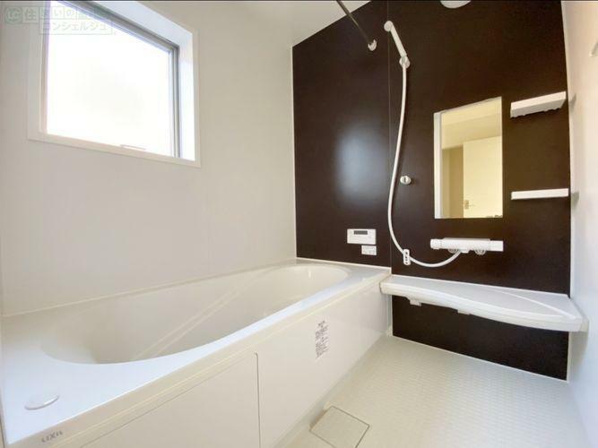 浴室 《浴室》 1坪サイズのユニットバス。浴室暖房換気乾燥機付きで、冬お風呂に入る時もポカポカのバスルームです。