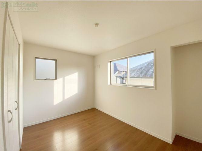 洋室 《2F 洋室》 全居室2面採光で明るいお部屋です。収納も全室に完備しております。