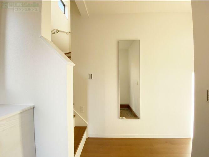 玄関 《玄関》 1号棟のみ玄関入ってすぐ階段があります。 家族でもプライベートがプライベートが分けられますね。