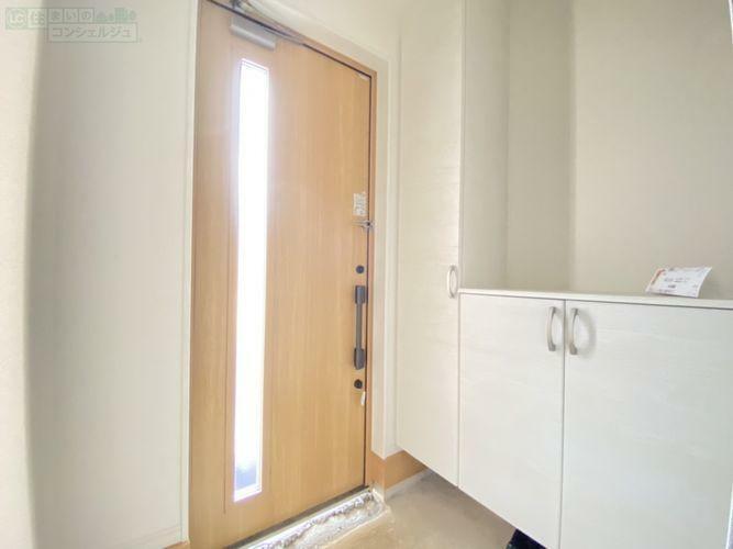 玄関 《玄関》 シンプルな玄関には、たくさん入るシューズボックスがあります。