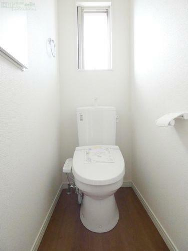 トイレ 《トイレ》 1階、2階ともに壁面収納付きです。