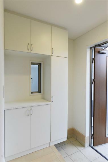 玄関 (同仕様例)天井の高さまでたっぷり収納できるシューズボックス完備!