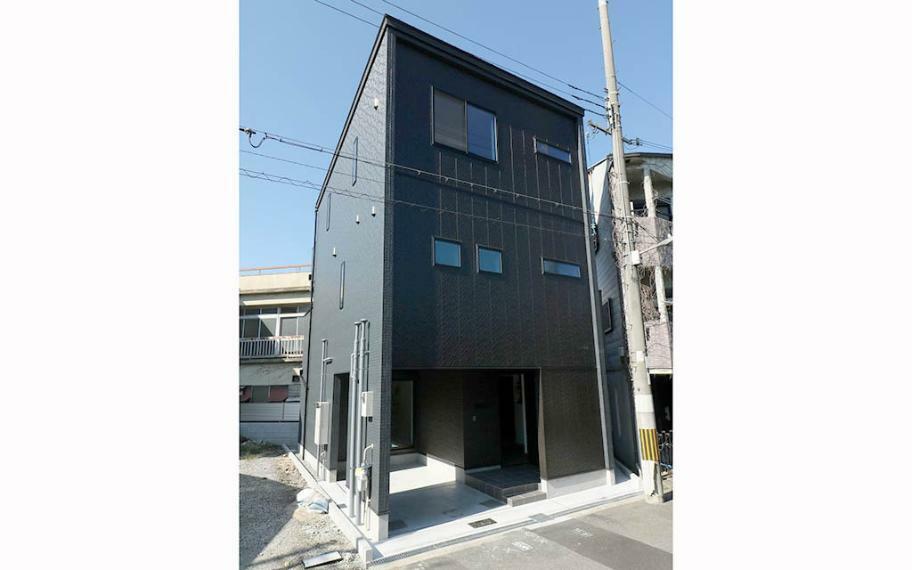 完成予想図(外観) 施工例■家っぽさ感じさせない外観デザイン。ブラックのガルバリウムを使用した、素材感を感じるカッコイイ外観です。