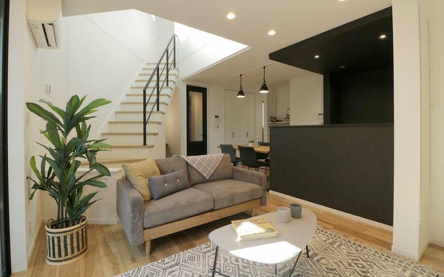 リビングダイニング 施工例■三角形のスペースを生かしたリビング階段と吹抜けが、2階のLDKと3階を一体の空間にすることで、違う部屋で過ごす時間も家族の距離を縮めます。