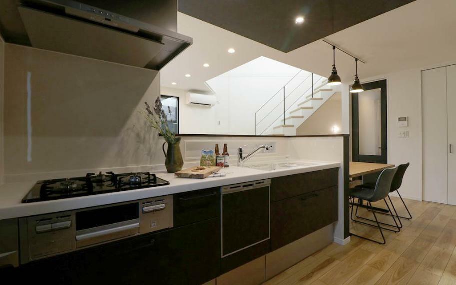 キッチン 施工例■2階はキッチンとダイニングを横並びにし、自然と家族が集まる中心になるように配置しました。料理をしたり、後片付けをしたり、毎日のキッチンワークも、家族と一緒ならもっと楽しくなりそうです。