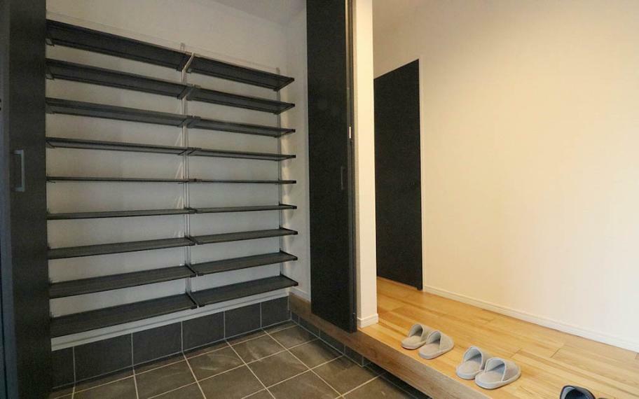 玄関 施工例■天井まである収納力の高いシューズクロークは、家族分の靴を余裕で収納できます。扉付きなので散らかっていても目隠しが可能です。
