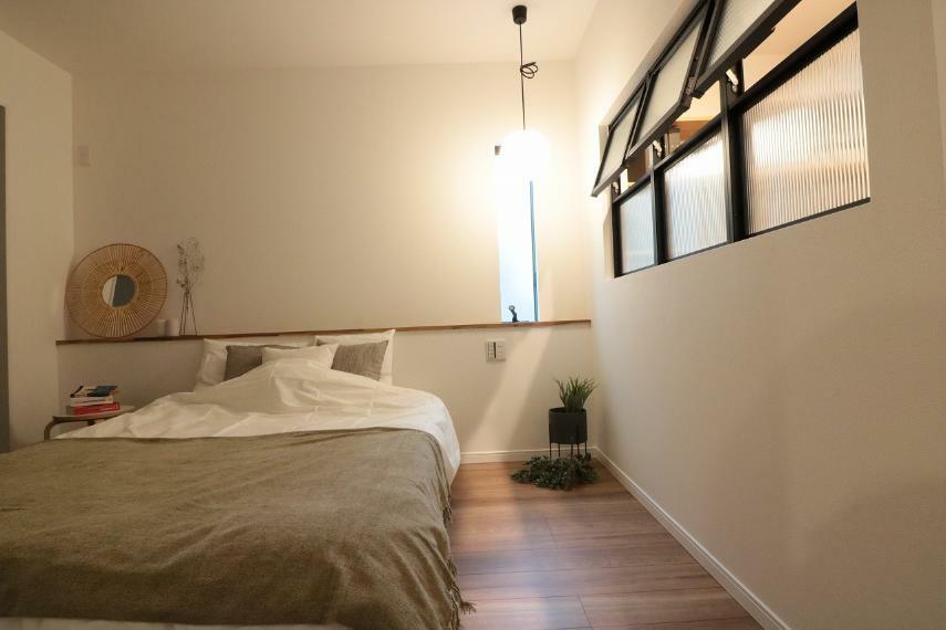 寝室 施工例■室内窓がある、落ち着いた空間の主寝室。造り付けのベットボードにお気に入りのアートや植栽を飾って。