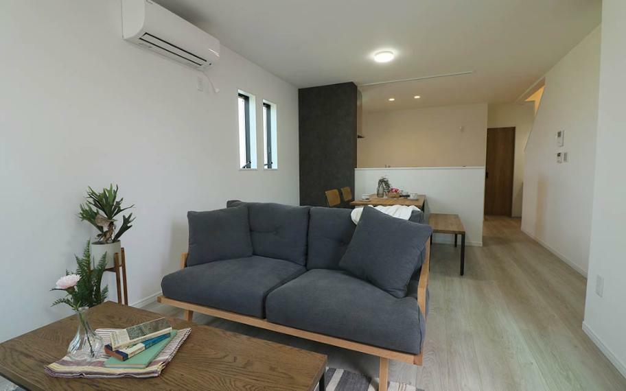 居間・リビング 部屋を広く有効に使えるよう、家具を置いても人の動きを妨げないよう考えた無駄のない間取りになっています。