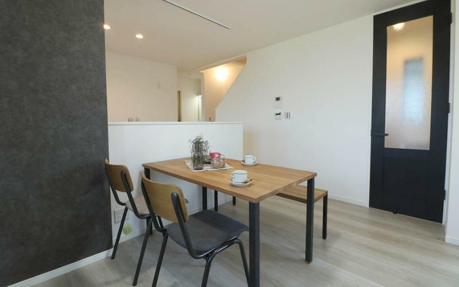 ダイニング 内装はホワイトオークの床で落ち着きのある洗練された空間になっており、どんな家具も合わせやすくデザインされています。