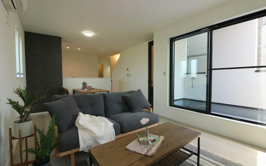 居間・リビング 室内をより広く感じられるよう、LDKと一体になった3帖ほどの大きなインナーバルコニーを設けました。