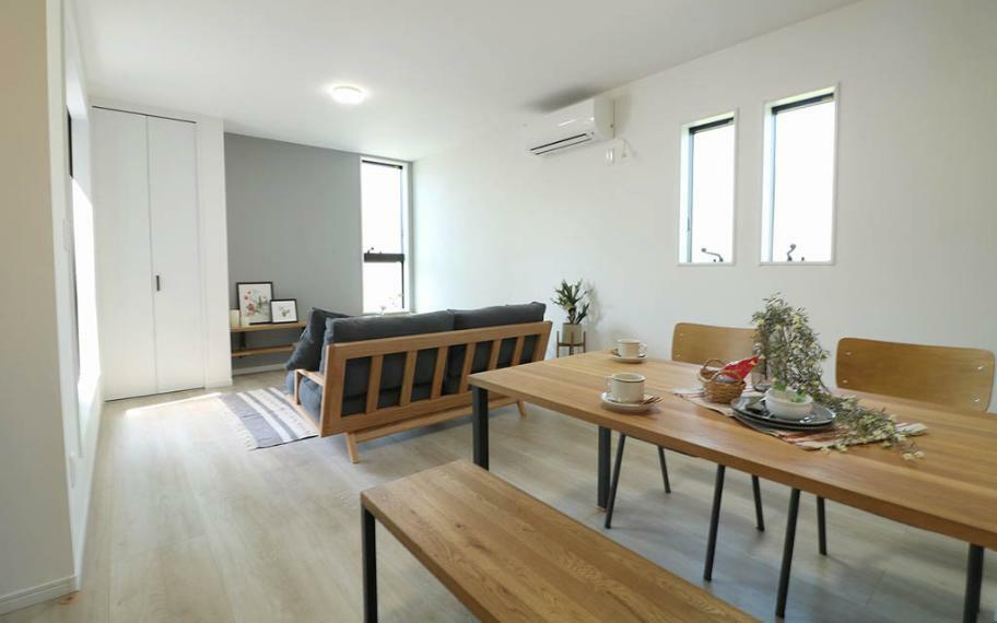 リビングダイニング キッチンとリビングの二か所に窓を配置することで、外部の視線を遮りながらも、光と風をたっぷり取り込めるようになっています。